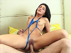 Dark-Haired loves culo railing